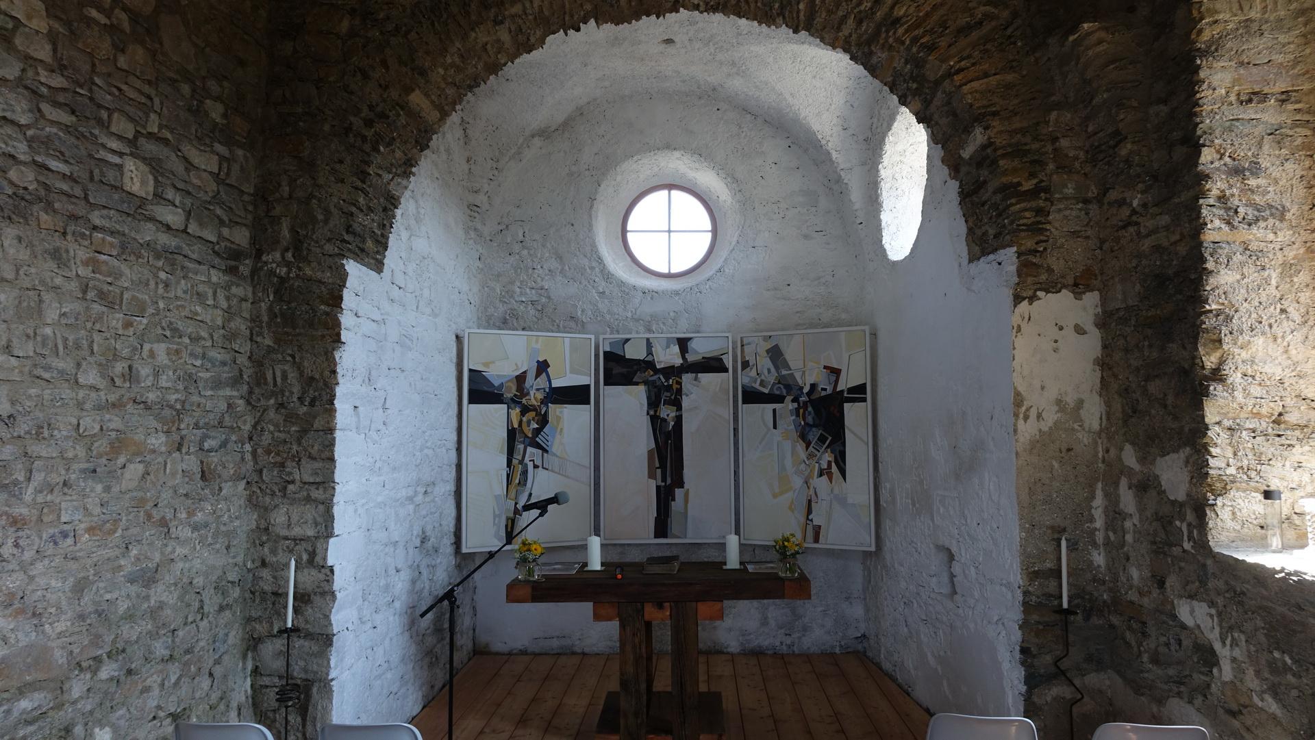 Das Triptychon und der Altartisch geben dem Raum sein Zentrum
