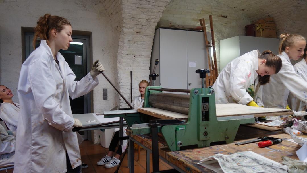 Drucken der geputzten Platte in der Tiefdruckpresse