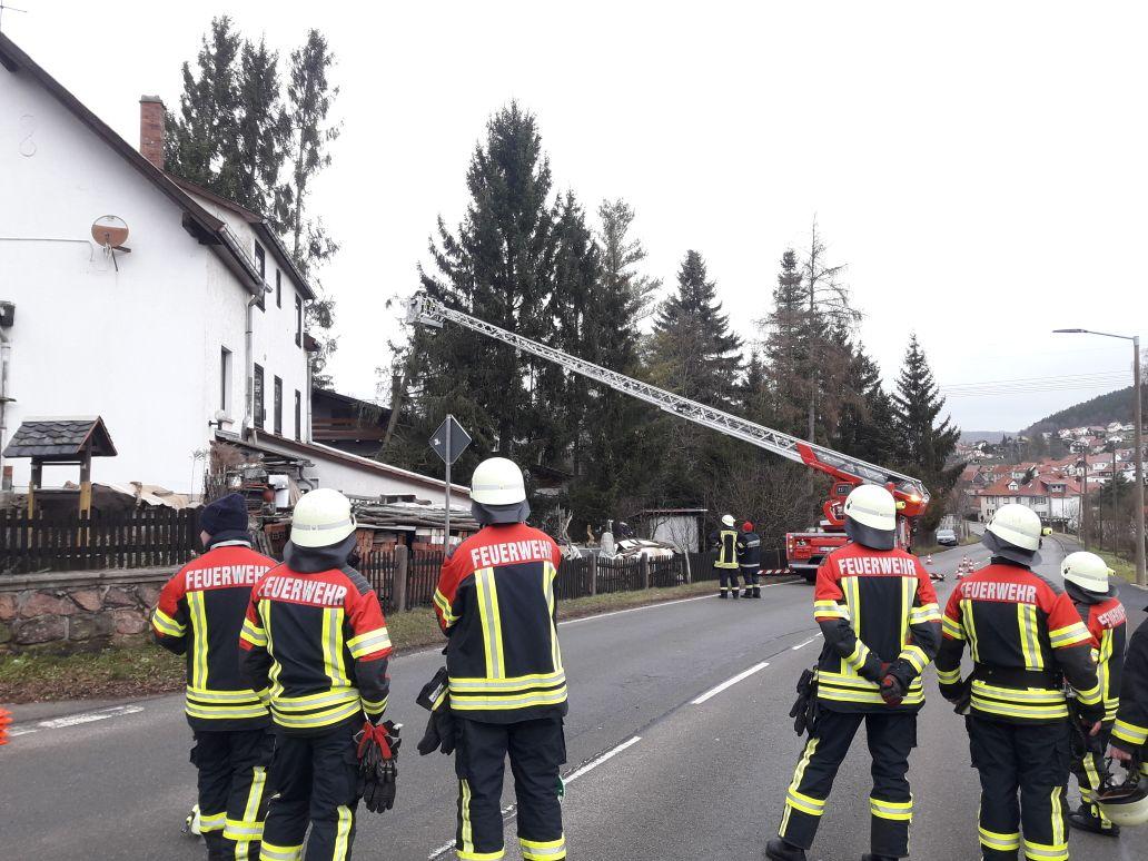 Mit Unterstützung der Drehleiter der Feuerwehr Ruhla konnte die Gefahr jedoch gebannt werden!