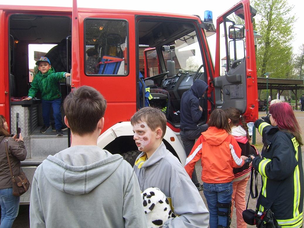 Neben zahlreichen Spielen stand natürlich das Feuerwehrauto im Mittelpunkt der Kinder und war stark umlagert.