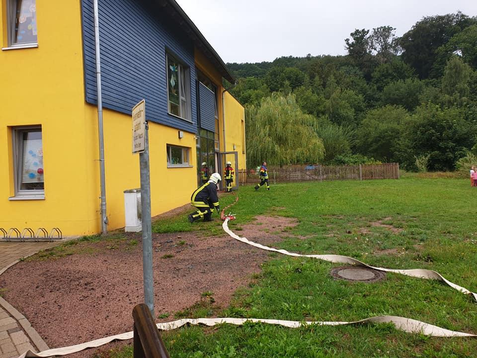 Zusammen mit den Erzieherinnen und den Kindern, übten wir die schnelle und problemlose Evakuierung des Kindergarten.
