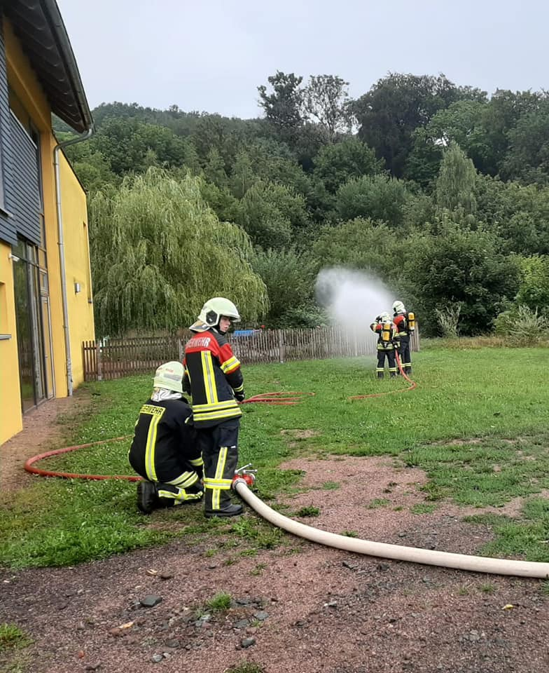 Im Anschluss haben wir den Kindern unsere Feuerwehrtechnik vorgestellt und es konnte beobachtet werden, wie die Feuerwehr Farnroda einen Löschangriff vornimmt.
