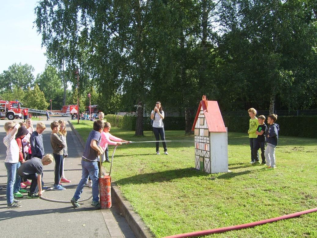 Auch wir hatten eine Station, hier ging es um das Thema Brandbekämpfung!