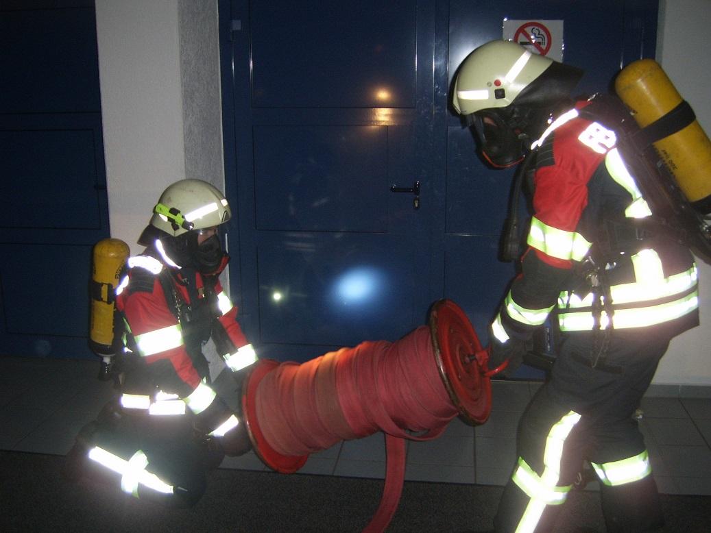 Angriffstrupp unter PA vor dem angenommenen Brandraum.