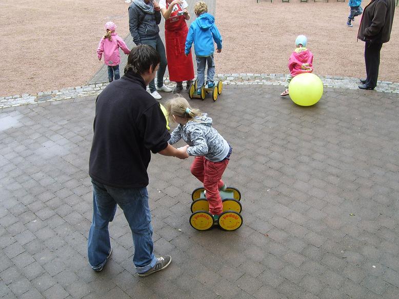 """Nur die """"Harten kommen in den Garten"""" trotz des Regens nutzten die Kinder unser Spieleangebot!"""
