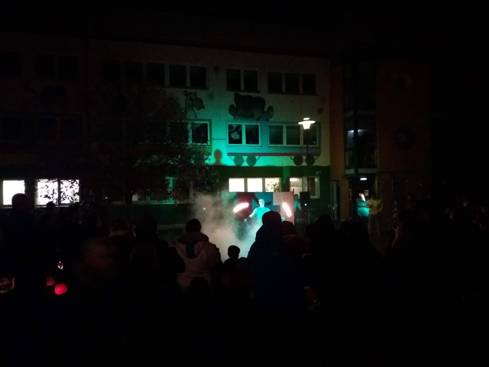 Feuershow am Kindergarten Bambino - nach d. Laternenumzug