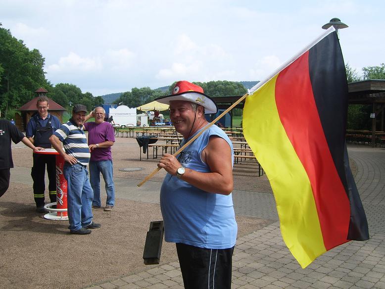 Unser Vereinsvorsitzender mit riesen Holzknatter für's übertragene Finale der WM