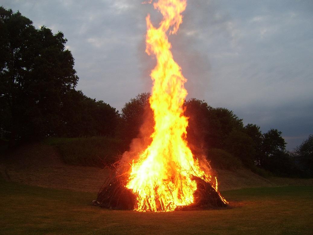 Unser Fest startete so richtig dann mit dem Fackelzug und dem großen Lagerfeuer in den lauen Sommerabend im Park!