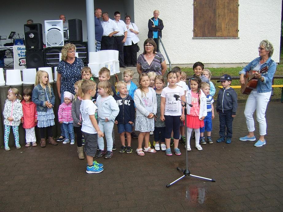 Die Kinder vom Bertold Anzius Kindergarten erfreuten mit Gesang...