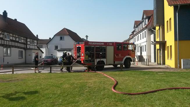 Während sich die Kameraden auf den Löschangriff vorbereiten durchsucht bereits der Rettungstrupp den Kindergarten und lokalisiert den möglichen Brandherd!