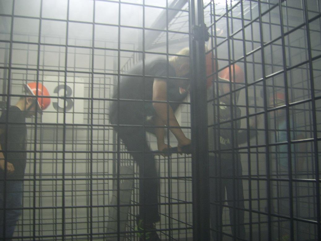 Gesichert mit einem Helm durften die Kinder dann einmal durch die Übungsstrecke kriechen und klettern!