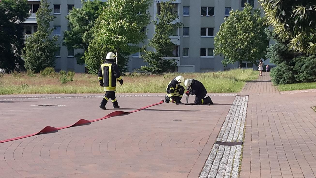 Einsatzübung am Kindergarten Bambino / Fliederweg! Lage: Verpuffung in der Pelletheizung des Kindergartens Hausmeister wird vermißt!