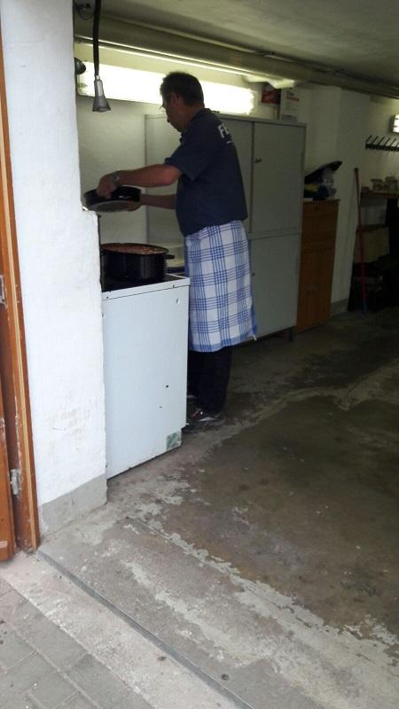 Da diese Arbeit sich über den ganzen Tag erstreckte gab es Mittagessen für Alle am Feuerwehrhaus!