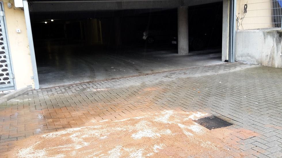 Der Verursacher wurde ermittelt, er hatte das defekte Fahrzeug in der Tiefgarage abgestellt!