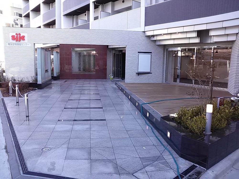 熊谷市某マンション 新築外部床 笠石 自社輸入 ホワイトミストJB