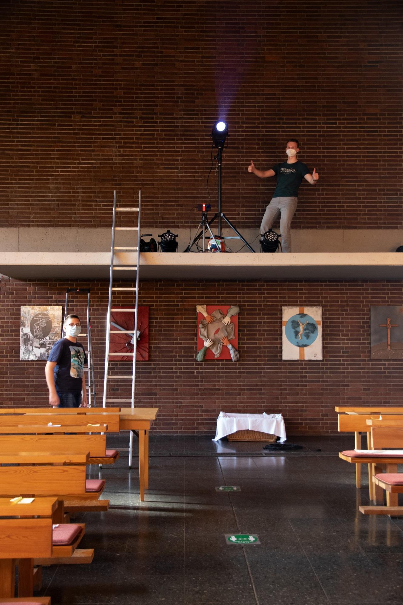 Martin beim Aufbauen der Beleuchtung