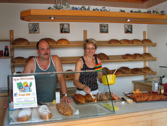 Unser hofeigener Laden mit leckerem selbstgebackenem Brot und vielen weiteren Produkten