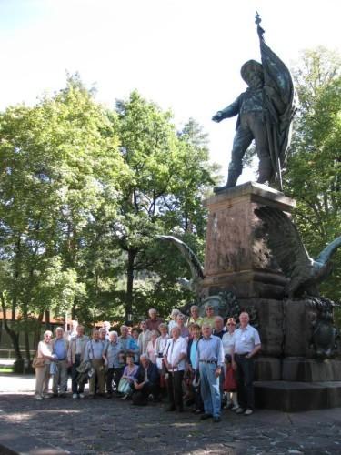 Reisegruppe unterm Denkmal von Andreas Hofer in Innsbruck