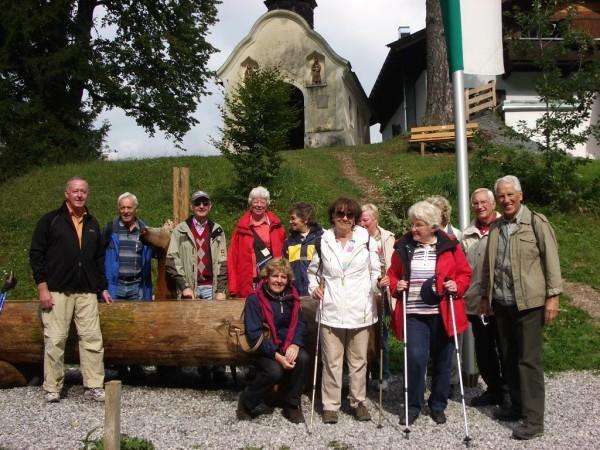 Reisegruppe vor der Kapelle Einsiedelei