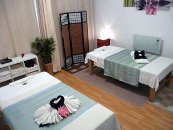 Das Massagezimmer mit zwei Liegen