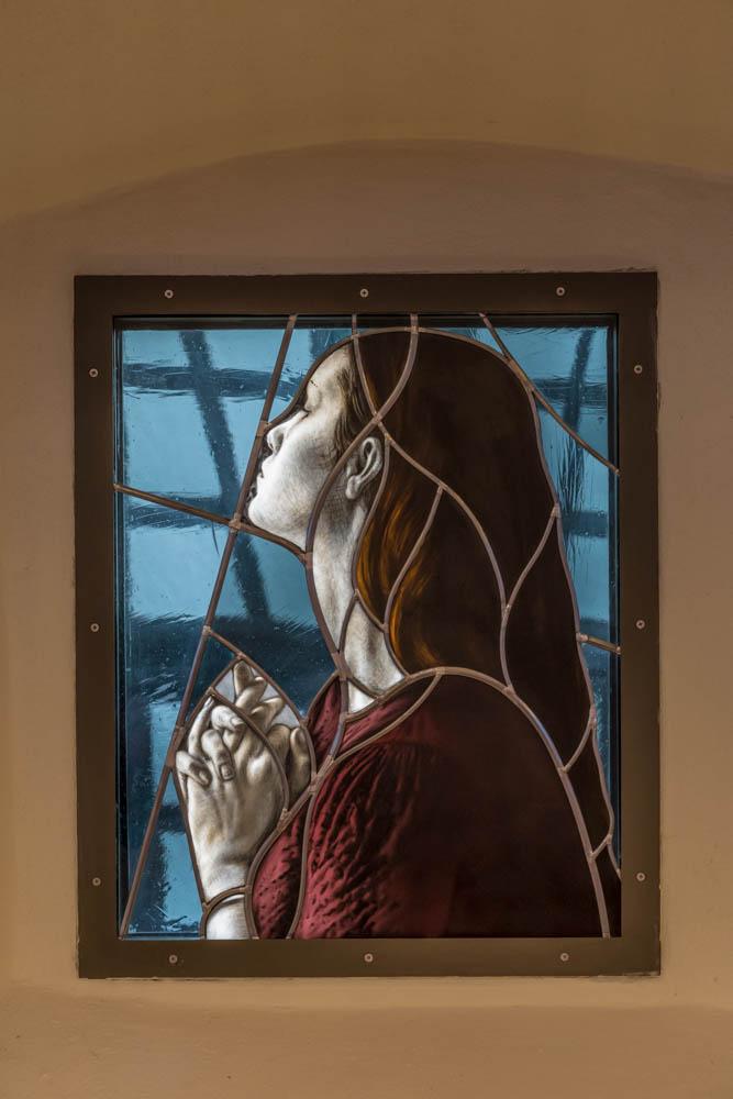 Eines der wunderschönen Bleiglasfenster der nach einem Brand neu errichteten Burgkirche Walldorf