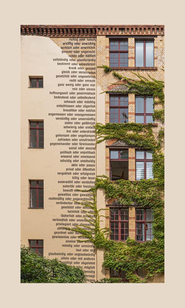 Der Blick auf die von Fenstern gerahmte so spannend zu lesende Textfahne im Hof 1 der Sophienhöfe in Berlins Mitte