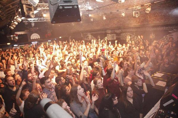 """24.11.16 - Party im CBE: unter dem Motto """"Miteinander Feiern - aus Fremden können Freunde werden"""" haben wir mit mehr als 500 Leuten einen grandiosen Abend mit Konzerten und live DJs verbracht"""