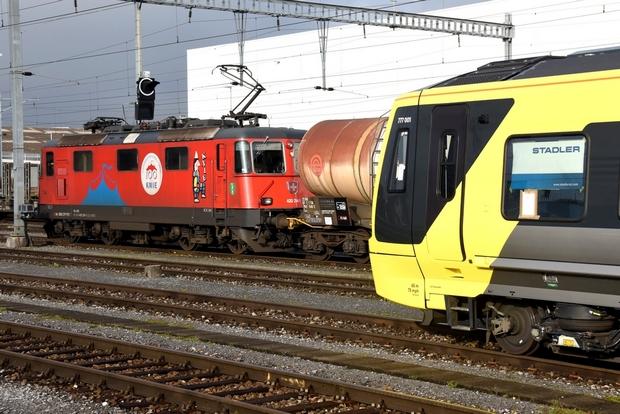 Dezember 2020: Merseyrail Metro 777 001 vor Re 420 Zirkus Knie, St. Margrethen/CH 14.12.2020