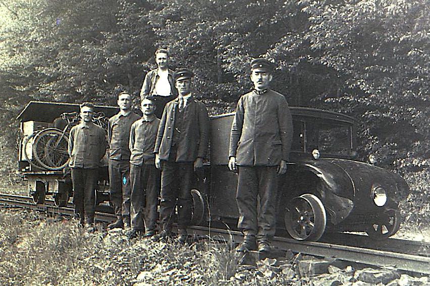 v.l.n.r. Ernst Strobel, Wilhelm Wirt, Albert Friedrich, Otto Nickel, Heinrich Welker vor dem Kommissbrot- Rottenwagen