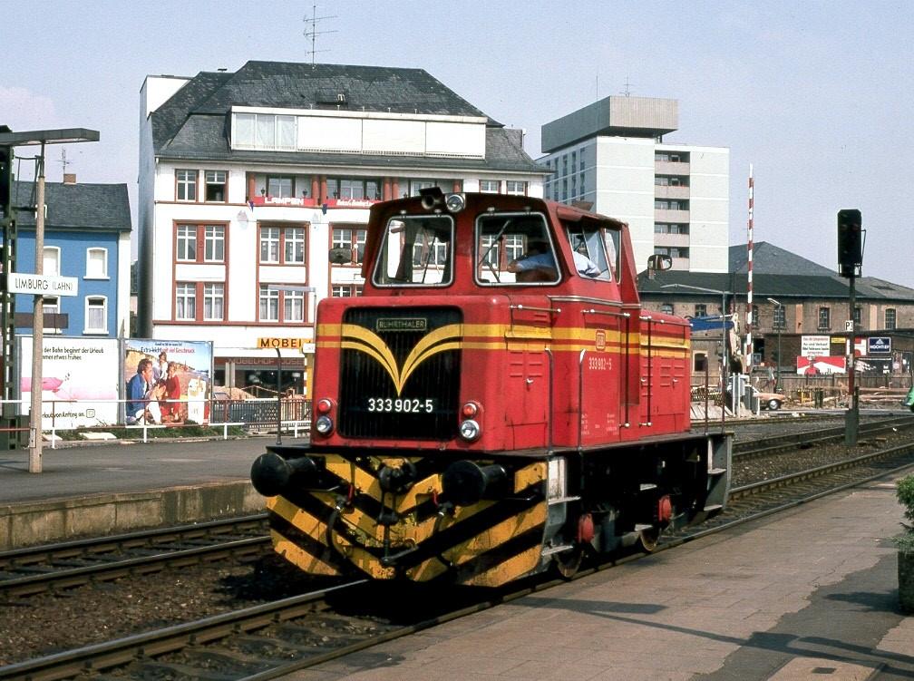 Im Gleis 4 in Limburg wartet 333 902-5 auf Ausfahrt