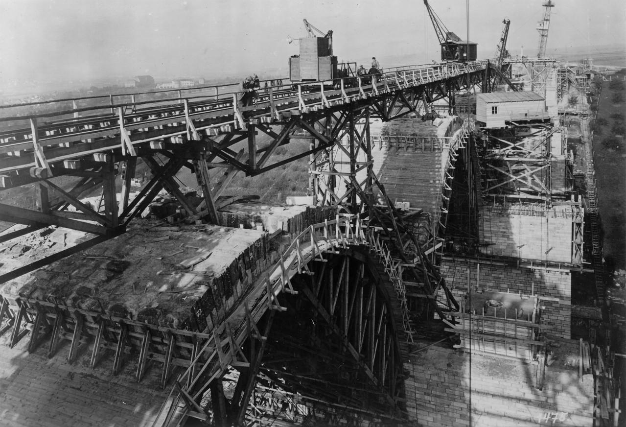 1938,  Die Bögen werden von unten nach oben und gleichzeitig von oben zur Seite gebaut, um die Schalung gleichmässig zu belasten