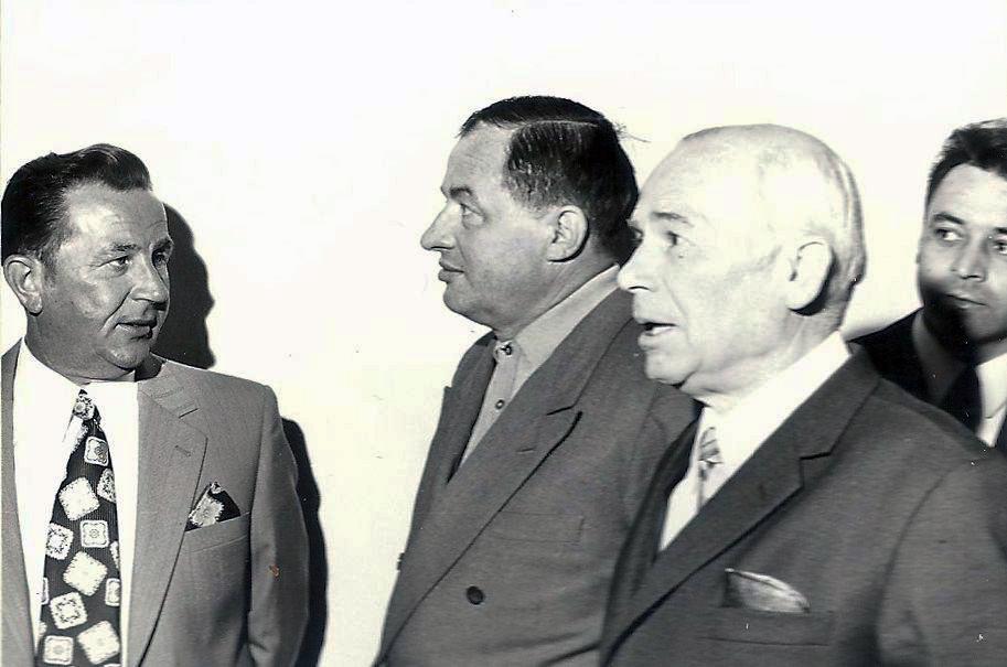 Rudi Noll (links ) führt die Ehrengäste herein