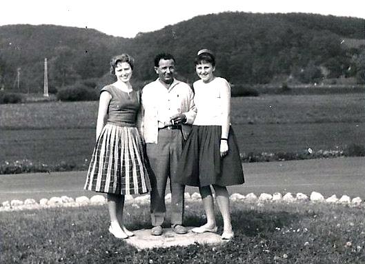 so kennt man ihn, Rudi Noll umgeben von schönen Frauen