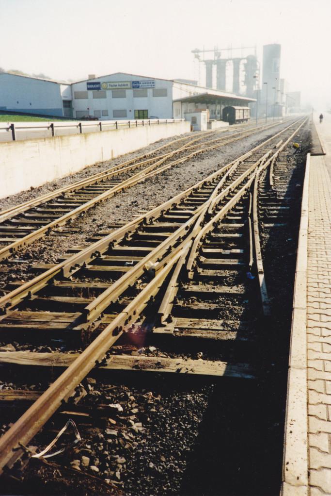 Wegen Verbreiterung des Bürgersteiges schon das äußere Gleis demontiert