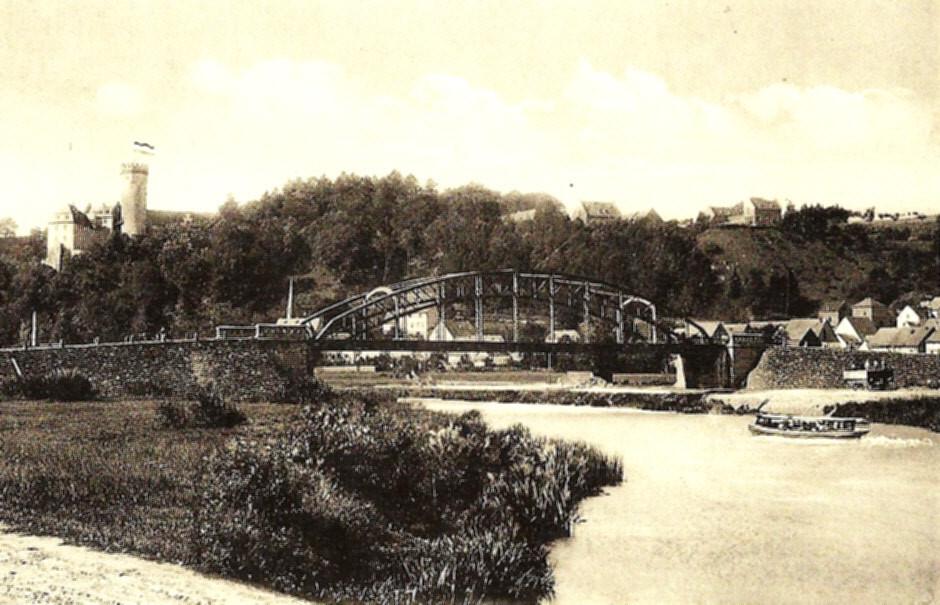 Die Alte Lahnbrücke von Dehrn, rechts im Bild ein Wagen der Kerkerbachbahn