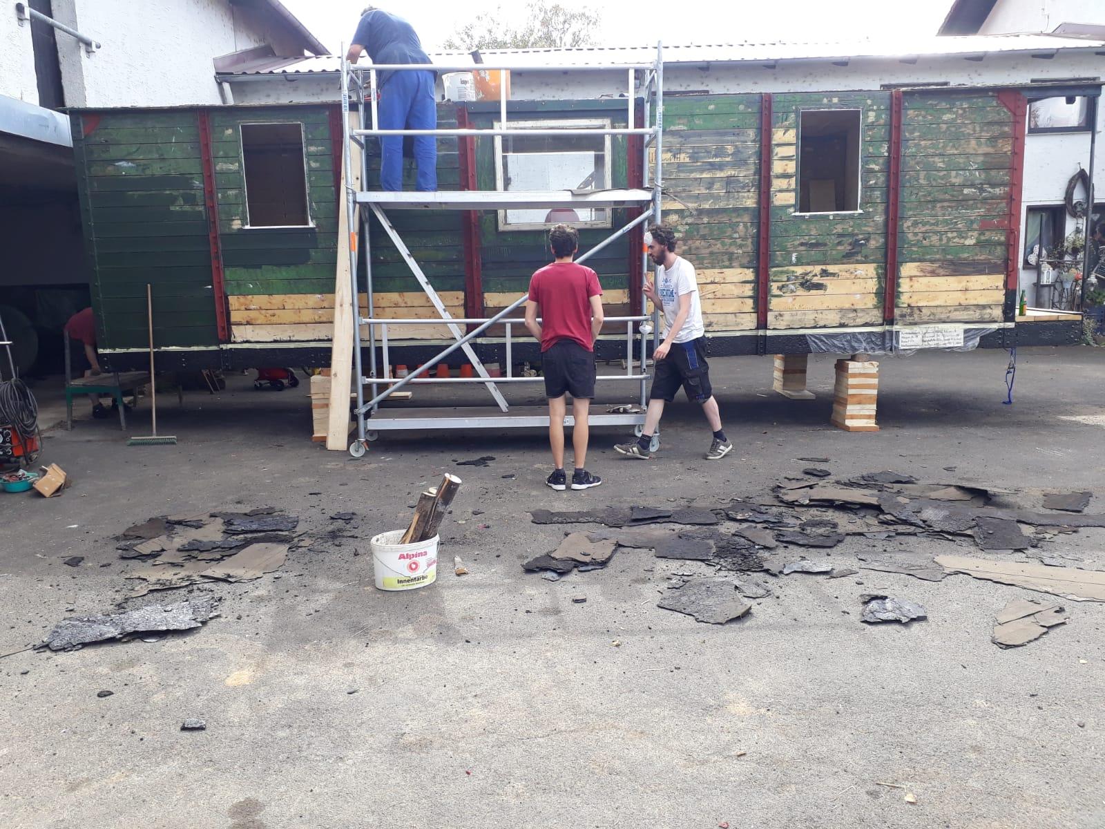Los geht es!   Abriss!      Runter mit der alten Dachpappe