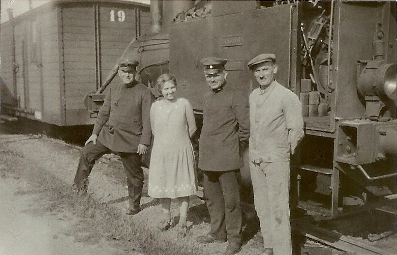 Im Jahre 1930 vlnr. : 1.Pers.Unbekannt, Minni Nattmann, Heinrich Hundeborn, August Schmitt