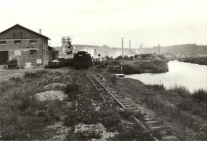 Hafen Dehrn Das Dreischienengleis läuft noch ein Stück weiter. Der Fotograf steht auf Höhe des Streckenkilometers 0,0