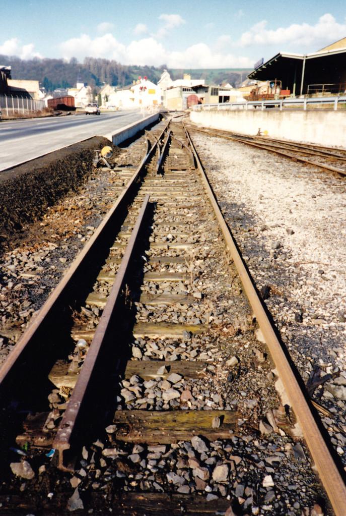 Ein letztes Stück Dreischienengleis hat im Anschluss der Kalkwerke überlebt.   April 1989