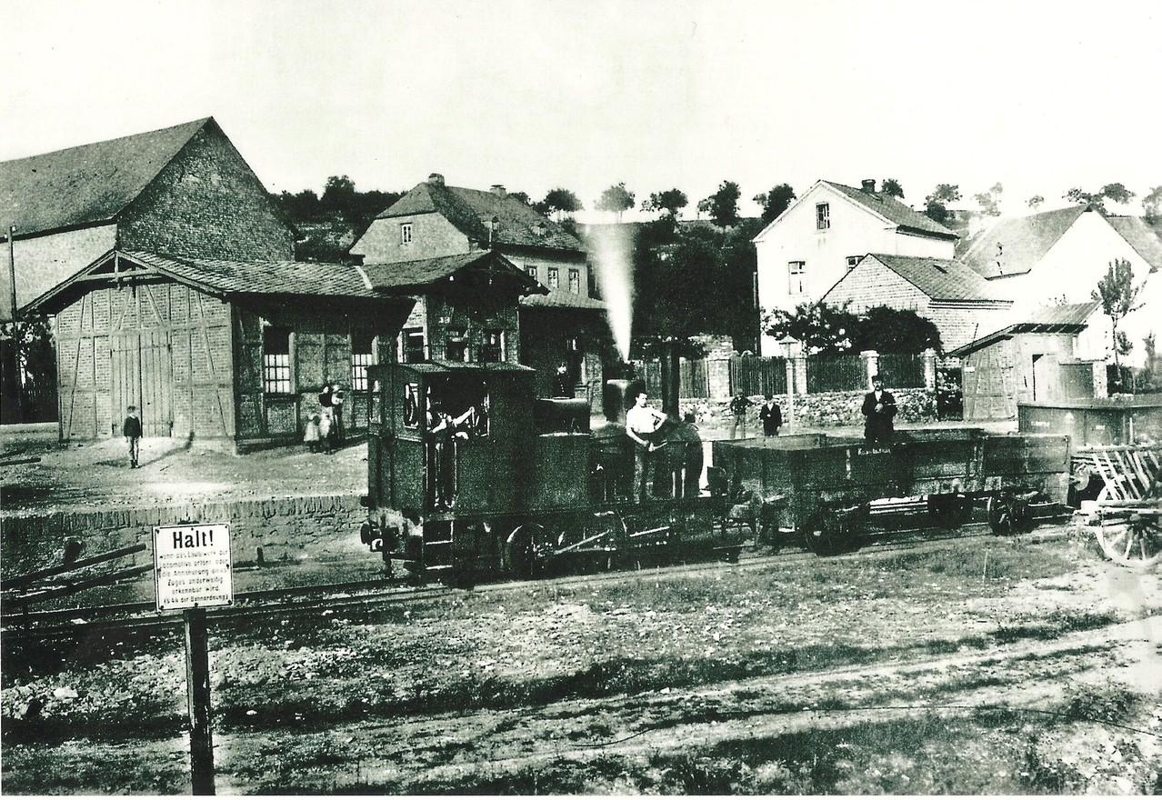 Der Bahnhof Steeden im jahre 1897 mit Lok 3 Dachs und Übergangs- Wagen 21