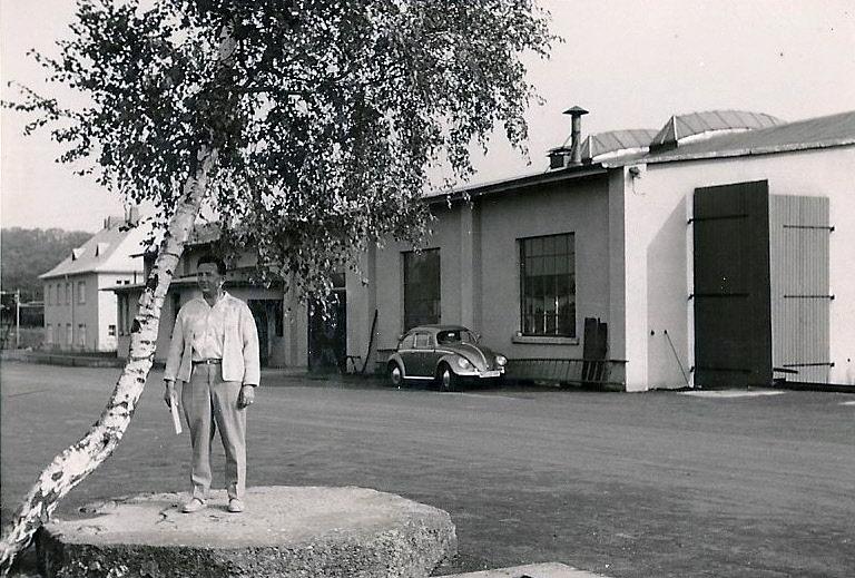 Rudi Noll vor der Werkstatt