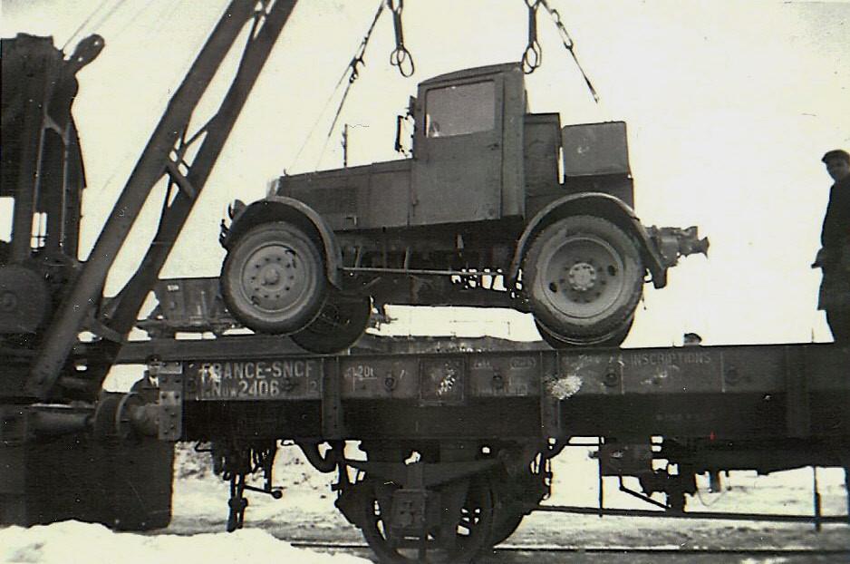 Hanomag SS 55 Zugmaschine bei der Verladung auf einen französischen Flachwagen