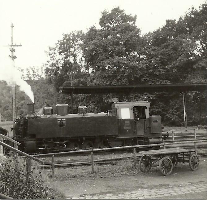 Lok 15 rangiert auf dem Dreischienengleis 4 des Bundesbahnbahnhofs Kerkerbach