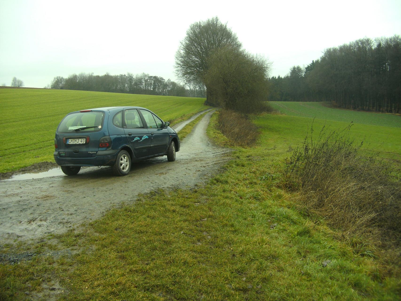Blick Richtung Obertiefenbach: Die Trasse ist als Feldweg ausgebaut und das Erkundungsfahrzeug kam gut voran.