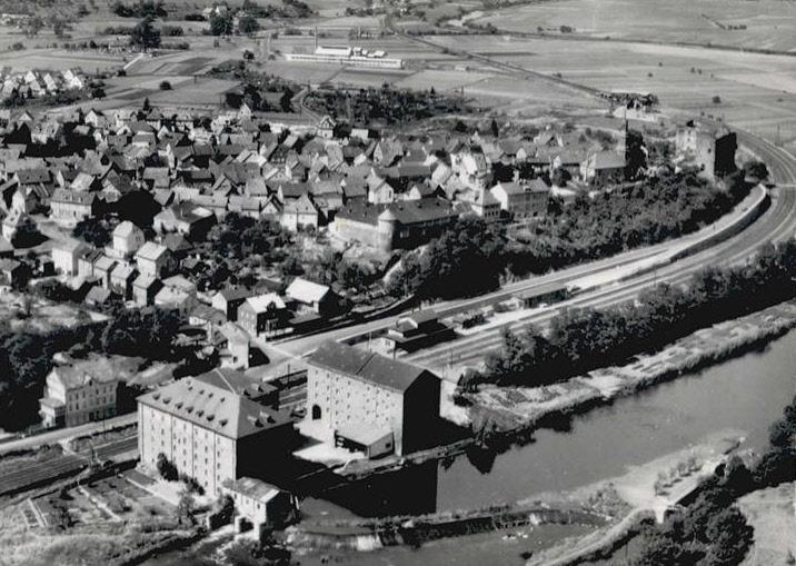 Luftbild als Postkarte von Löhnberg, im Vordergrund der Bahnhof          Foto: Sammlung Mannes