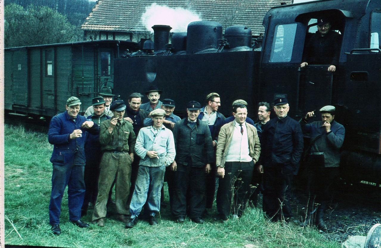 Gruppenfoto. Lokführer, Zugführer, Bahnmeister und Bauarbeiter einer Privatfirma