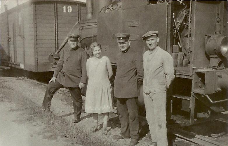 Lok 3 Dachs mit Wagen 19 noch vor dem Umbau 1945 (die Stirntür fehlt)