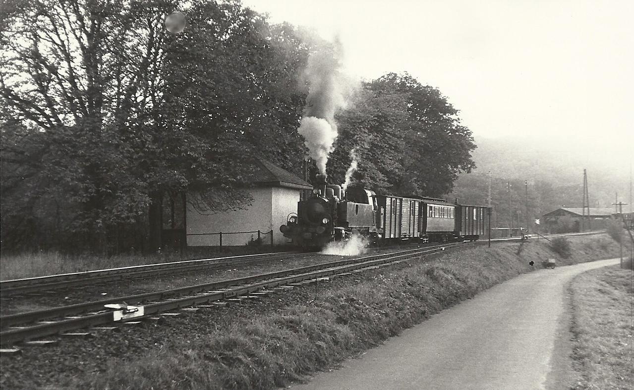 Lok 15 mit einem Zug abfahrbereit in  Kerkerbach West