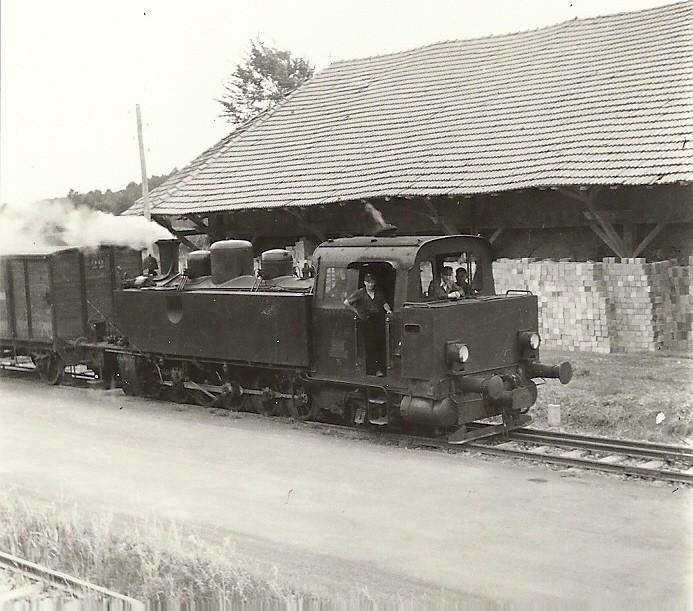 Lok 15 auf der Fahrt nach Dehrn vorbei an einem alten Kalk- Brennofen in Steeden