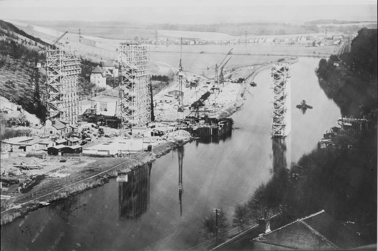 Die Brücke wächst, im Hintergrund der Baustellenbahnhof